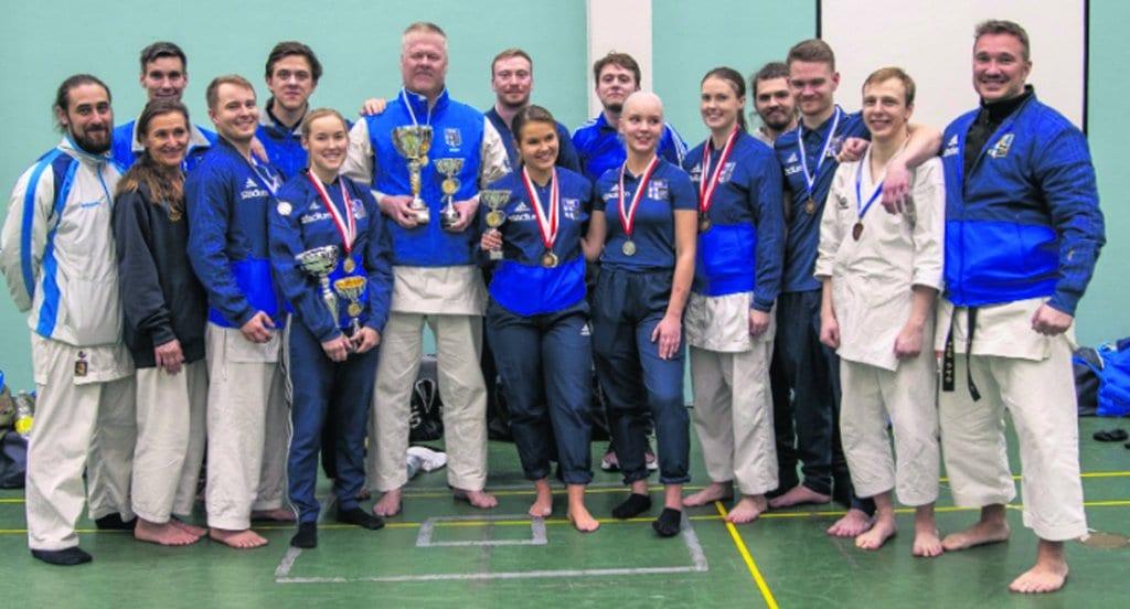 Helsingin Shukokai Karaten iloisia ottelijoita.