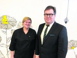 Kuvassa oikealla Vuosaaren peruskoulun rehtori Jukka Isohanni vierellään ruokapalveluvastaava Sanna Eklund.