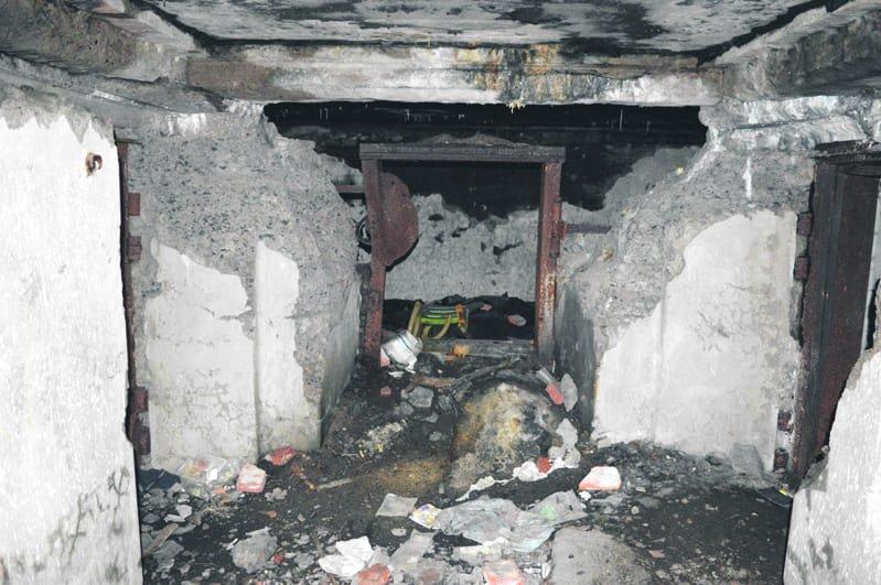 Skatan patterin betoniset suojavarustukset ovat kokeneet kovia. Katosta on myöhemmin poistettu suojana ollutta rautaa ja tiloissa on majoittunut monenlaista kulkijaa. Kuva: Eero Honkanen