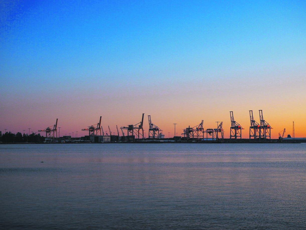 Näin upea auringonnousu oli Vuosaaren satamassa lauantaina 4.4. kello 06:n jälkeen. Kuva: Jarno Alkio