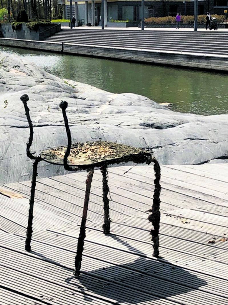 Tällainen tuolin runko on ilmestynyt Aurinkolahden Uutelan kanavan rantapenkereelle! Oiskohan nostettu merestä, kun on niin kaunis patina.        Kuva: Miia Joukokari