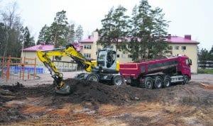 Väliaikaisen lisärakennuksen rakennustyöt Vuoniityn koulun pihalla ovat alkaneet.