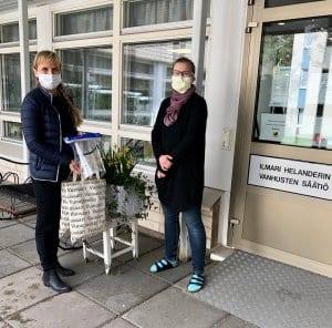 Kuvassa vasemmalla Vuoapteekin Minna Pappila ja oikealla Vuosaaren Helander-kodin Marja Vaitinen 29.4.