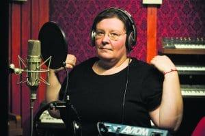 """Vuosaarelaiselta muusikolta Maija Kaunismaalta ilmestyy kesäkuun alussa uran toinen soololevy """"The Pine House Songs"""". Kaunismaalla on oma, tunnistettava ja persoonallinen lauluääni"""
