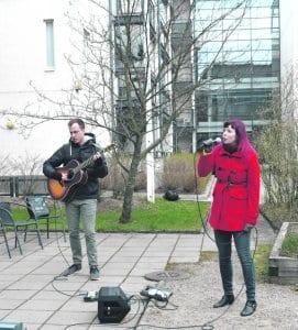 Jack Barnard ja Meri-Maaria Kivekäs esiintyivät Cecilian pihalla.