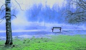 Vapun aatonaattona tuli maahan äkkiä lumi. Äkkiä se myös suli multapintaiselta ja lämmenneeltä puiston kentältä. Sumuna nousi vesihöyry koko siltä alueelta, ja katsellen vaikka puistotien penkiltä oli edessä vain hetken yllättävä maisema. Kuva: Matti Koivisto
