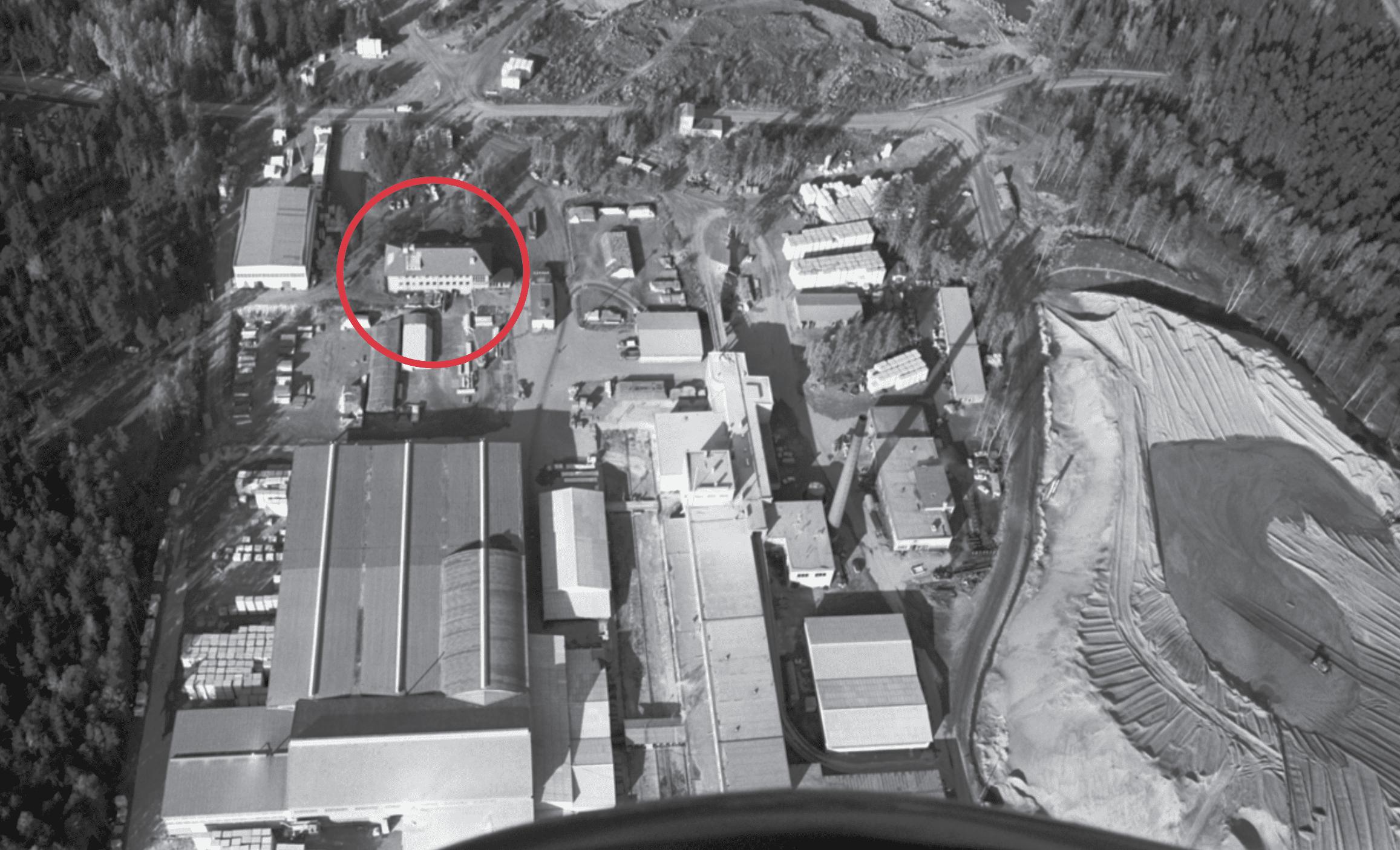 Kallahdessa sijaitsevan kerhotalo Sasekan tarina on merkittävä osa Vuosaaren lähihistoriaa. Nykyisin kerhotalona toimiva rakennus (kuvassa ympyröity punaisella) on vuonna 1938 Vuosaaressa aloittaneen Sasekan kevytbetonitehtaan entinen ruokala. Talo on rakennettu 1947, ja se on ainoa tehtaasta jäljellä oleva rakennus. Kuva: Helsingin kaupunginmuseo, Simo Rista 1970