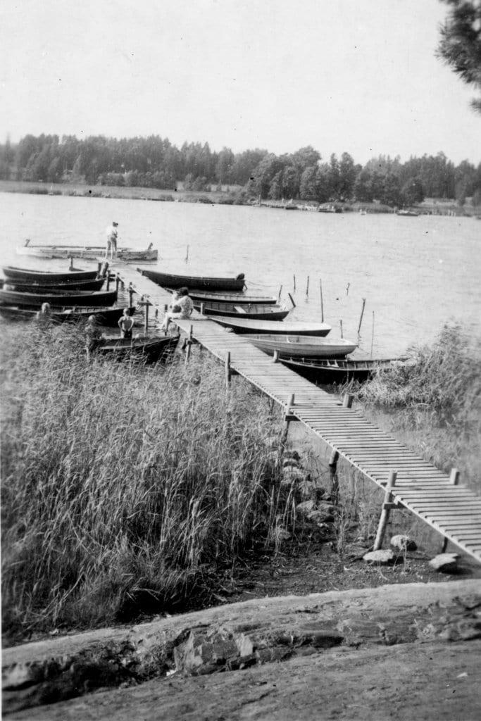 Lokitien päädyn vasemmalla puolella sijainneella rannalla uitiin venelaiturin vieressä ja otettiin aurinkoa joko laiturilla tai viereisellä kalliolla. Taustalla näkyy Vartiokylänlahti ja Vartiokylä. Kuva on 1950- ja 60-lukujen vaihteesta.