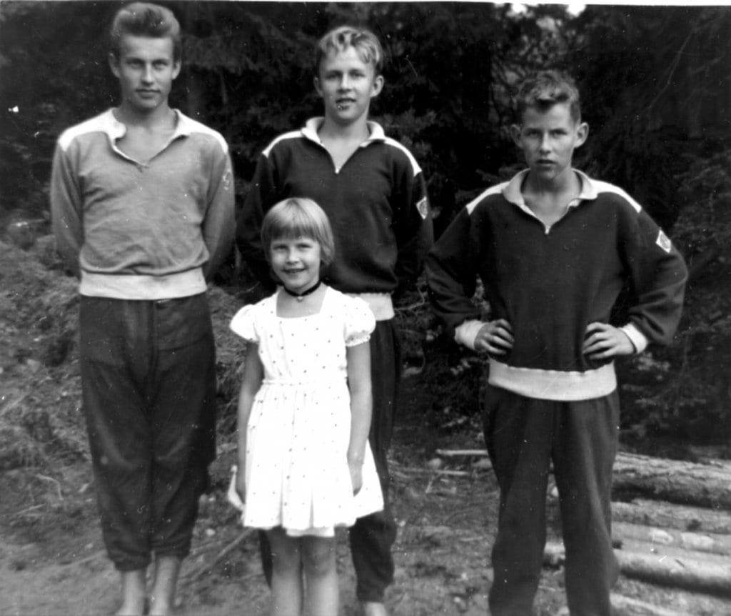 Noin vuoden 1960 paikkeilla otetussa kuvassa vasemmalta oikealle Wikströmin sisarukset Folke, Steve ja Peter. Etualalla on pikkusisko Beatrice, vanhin veli Dick Wikström puuttuu kuvasta.