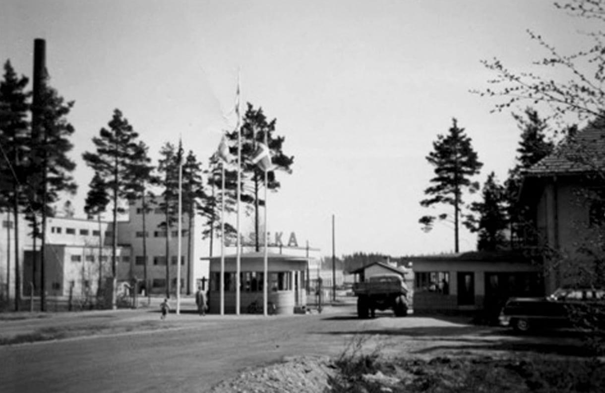 Sasekan tehtaan portti. Oikealla entinen ruokala, nykyinen kerhotalo Saseka. Kuva: Esa Rytkösen arkistot, kuvaaja tuntematon