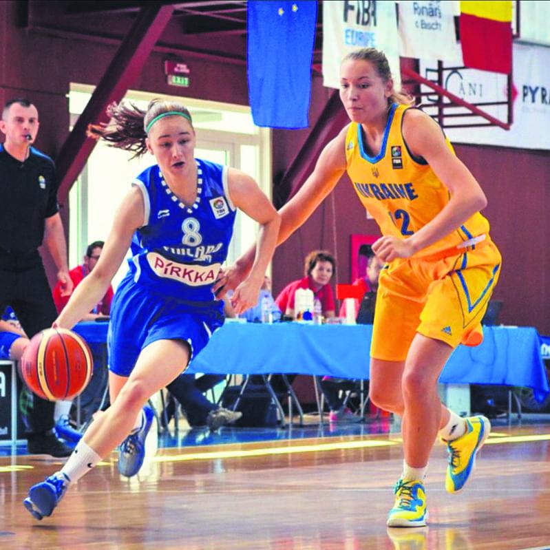 Karsten ohittamassa Ukrainan pelaajaa U18-maajoukkueessa.