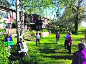 Lauantaina 30.5. laulettiin suvivirsi Vuosaaressa Anja Hinkkasen ja Sakaroiden kanssa Vartiokylänlahden rannalla. T. Juhani Greinert