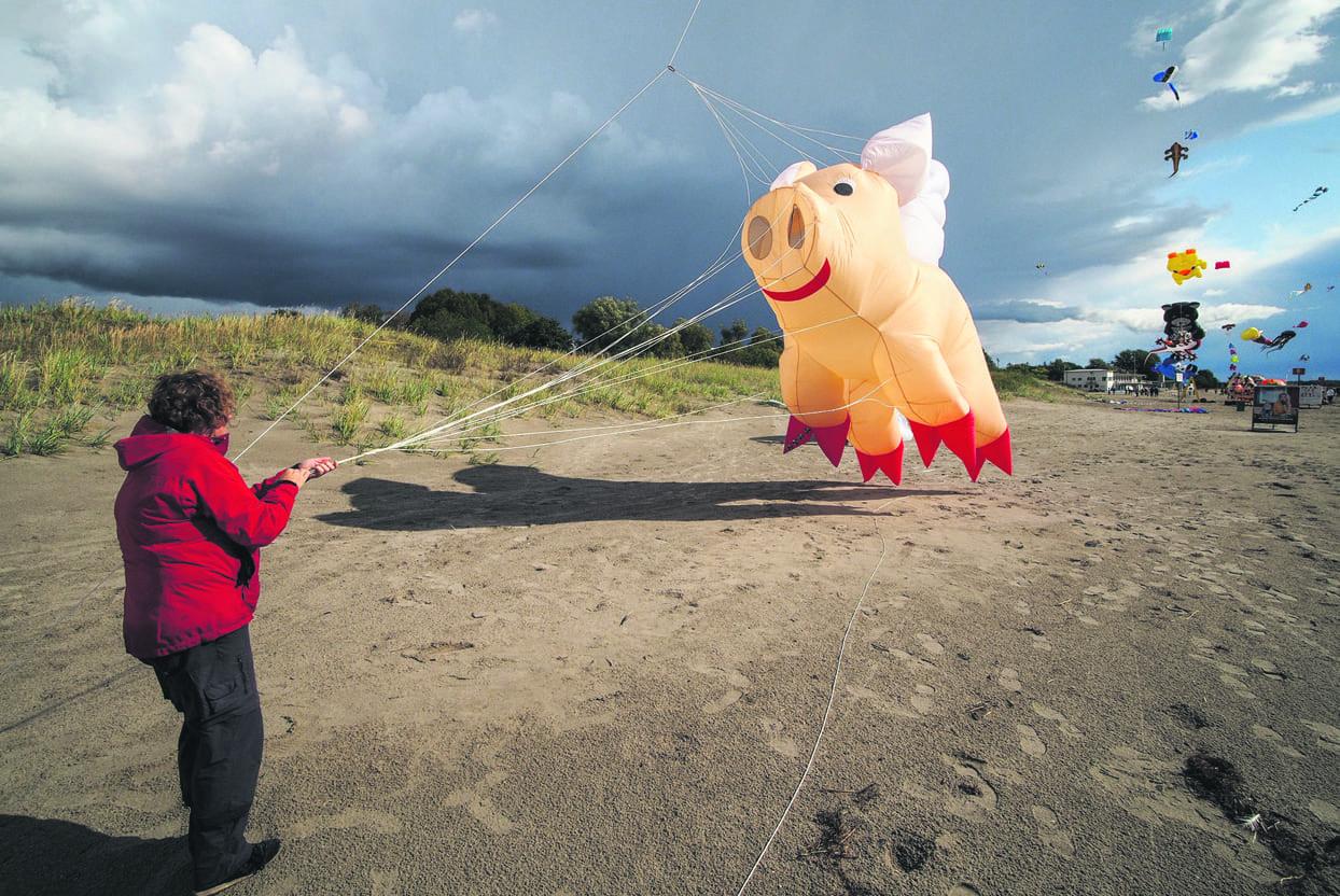 Marja Hjelt lennättämässä Miss Piggyä.