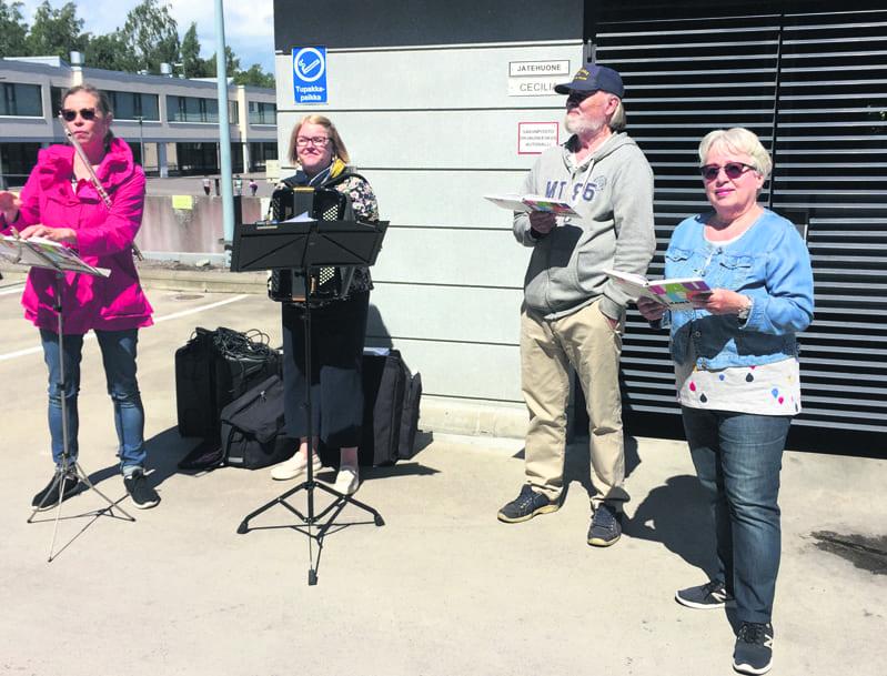 Helsinki Mission -kvartetti viihdytti hoivakoti Cecilian väkeä konsertoimalla talon pihalla heinäkuisena maanantaina 6.7. Ikäihmiset kuuntelivat iloisina musiikkia parvekkeillaan ja sisäpihalla turvavälit huomioiden.          Kuva: Marja Nyman