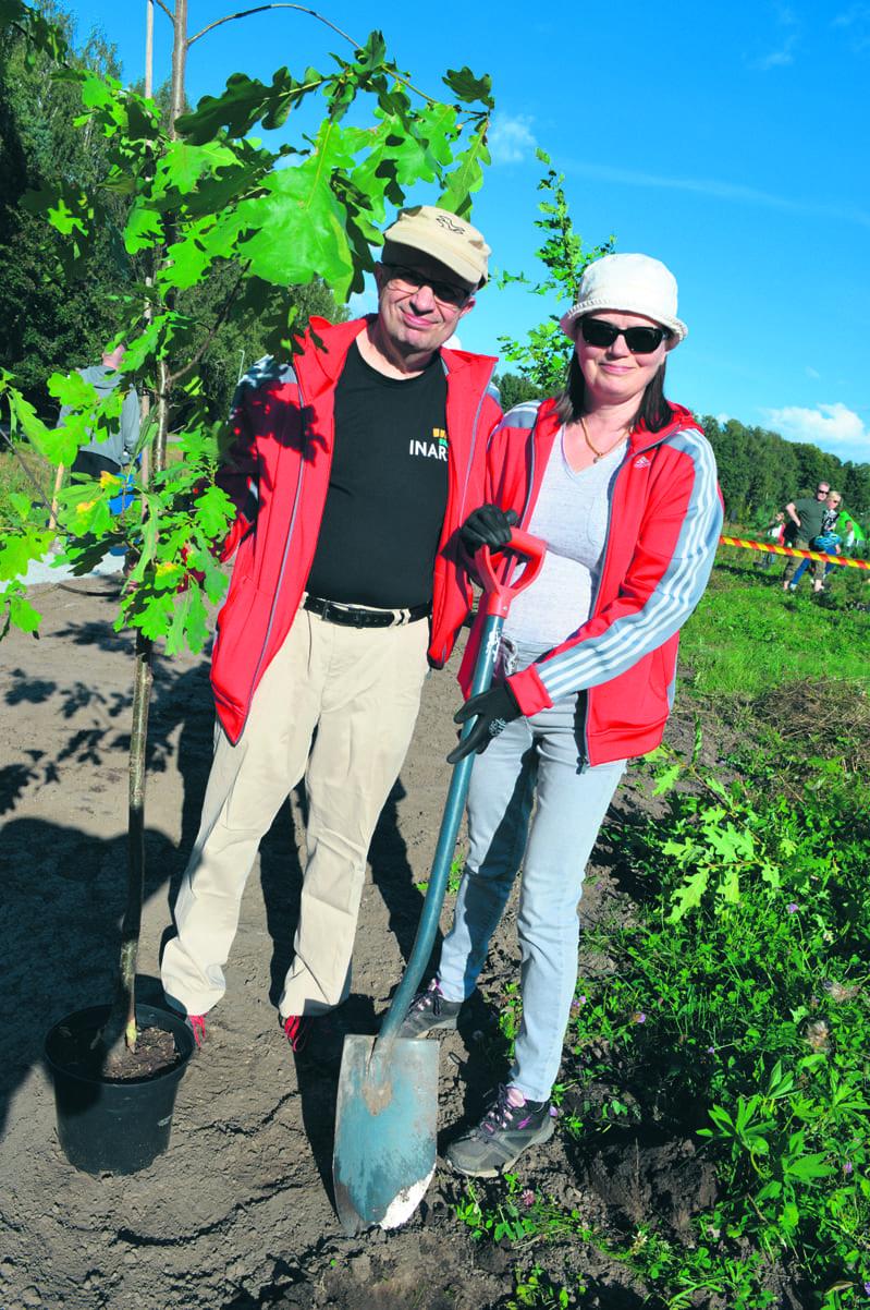 Rakkauden Metsään istuttivat puun myös samalla 40-vuotishääpäiväänsä viettäneet Markku ja Marita Kulmala. Pariskunnalle paikka on varsin tuttu, sillä he ovat aiemmin asuneet aivan kivenheiton päässä istutuspaikasta Porslahdentiellä ja Punakiventiellä.