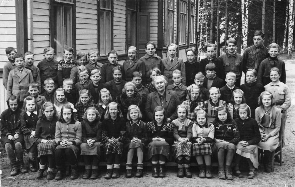 Nordsjö-Botby folkskolan koulukuva on otettu 10.4.1946. Jan-Olof Sillmanin isä Stig-Olof Sillman on kuvassa takarivissä seitsemäs oikealta katsottuna. Koulurakennus on yhä pystyssä Rantakiventiellä. Kuva: Jan-Olof Sillman