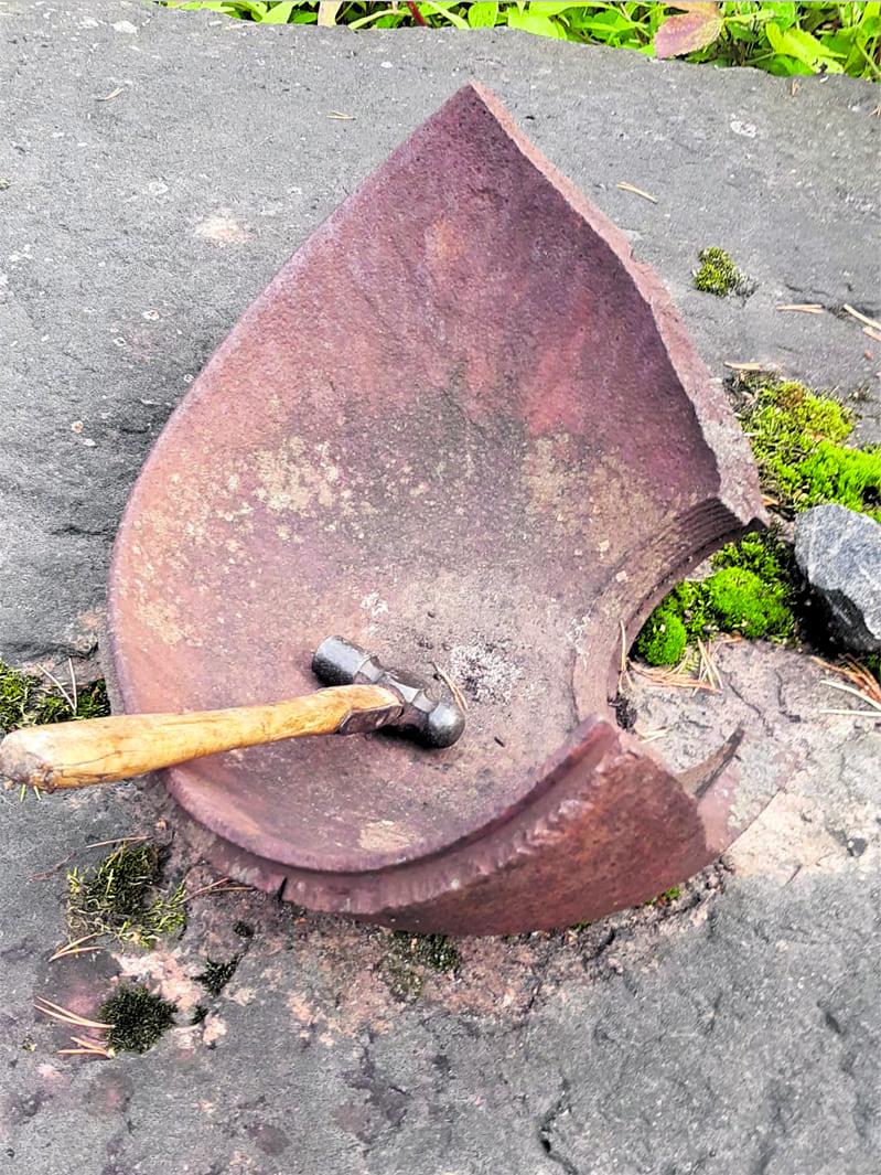 Myöhemmin ruokakellona käytetty neuvostopommin kuori on yhä Brita Valkjärvellä tallessa. Sen päällä on vasara, jolla kuorta kumautettiin. Kuva: Brita Valkjärvi