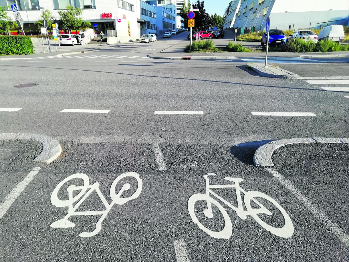 Miten oikein polkupyörällä pitää ylittää Vuosaarentien ja Ulappasaarentien risteys, kun sitä lähestyy Ulapparaitilta päin? Ja vastavuoroisesti, jos tulee Ulappasaarentieltä ja aikomus on jatkaa Ulapparaitille.              Terveisin Hannele Wikman, Vuosaari