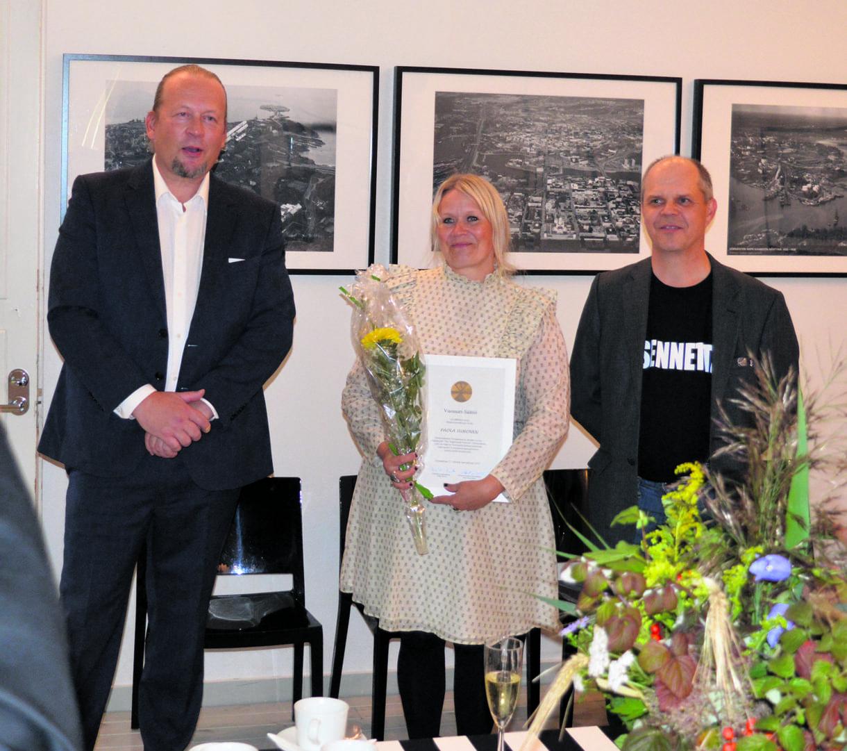 Vasemmalta Vuosaari-Säätiön asiamies Matti Luopajärvi, Vuosaari-Säätiön hallintoneuvoston puheenjohtaja Pertti Tossavainen sekä Paola Suhonen.