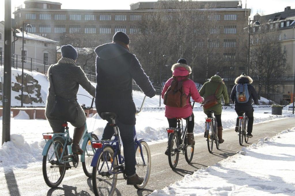 Talvikaudella 2020-2021 Helsingin tehostetun talvihoidon piirissä on kaikkiaan 52 kilometriä pyöräreittejä. Kuvassa talvipyöräilyä Baanalla helmikuussa 2017. Kuva: Helsingin kaupunki / Aki Antinkaapo.