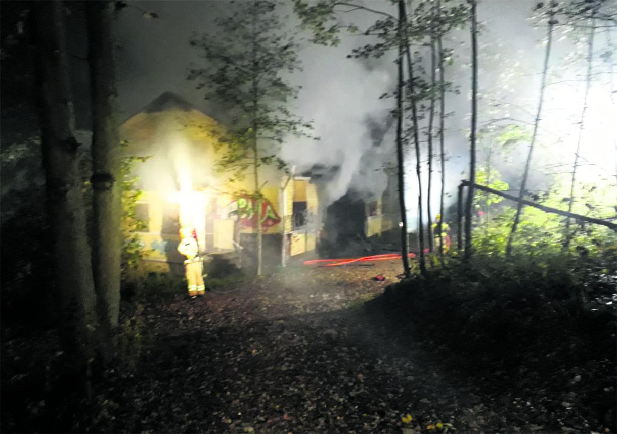 Koulu oli perjantaiyönä ilmiliekeissä. Kuva: Helsingin pelastuslaitos