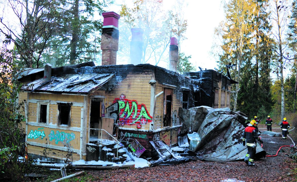 Pelastuslaitos jälkisammutti palanutta rakennusta vielä perjantaipäivällä. Kuva Eero Honkanen