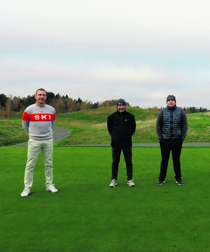 Kuvassa vasemmalla Harri Mankki ja ennätyskierroksen pelaajia. Kuva: Vuosaari Golf