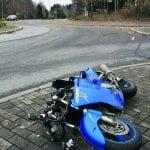 Moottoripyörä törmäsi kiertoliittymään