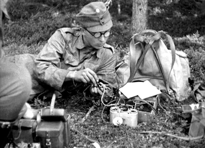 Kuvassa sotamies Richard Ploon harjoittelee kyynelradion käyttöä.                                                Kuva: Kouvolan Sotilasradiomuseon arkisto