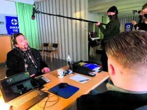 Saseka-talon tiloissa Ilari Johansson (vas.), joka näyttelee sarjassa rikostutkija Markus Uusitaloa. Kuva: Antti Leppälä / Yellow Film & TV