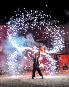 Maria Baric Companyn upea tulishow nähtiin Vuotalon Valojuhlassa lukion edustalla lauantaina 14.11. Kuva: Matti Pöhö