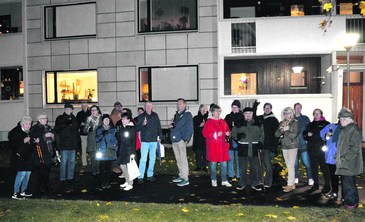 Taloyhtiön asukkaat juhlistivat merkkipäivää yhteisellä kokoontumisella pihamaalla.
