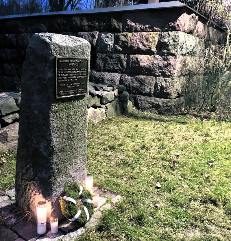 Vuosaari-Seura toimitti 6.12. itsenäisyyspäivän seppeleen jatkosodan muistomerkille Vuosaaren kartanolla. Kuva: Satu Toivonen