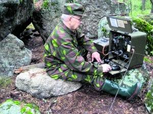 Kuvassa ansioitunut perinneradisti Leo Pajuvirta, OH1FJ, on vienyt vanhan VRFK-sotilasradioaseman maastoon Koivulan kallioille, Turussa. Kuva: Leo Pajuvirran kotialbumista