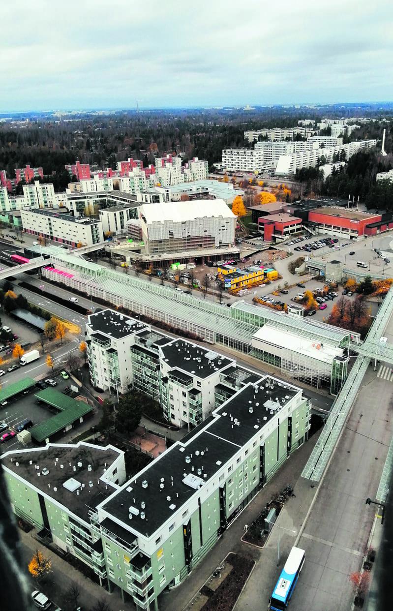 Vuosaaren uusi lukio valmistuu hyvää vauhtia Vuosaaren keskustaan Urheilutalon ja metron viereen. Suurlukioon tulee 900 opiskelijaa, ja sen pitäisi valmistua kesällä 2021. Talon tilojen on tarkoitus olla iltaisin myös asukkaiden monipuolisessa käytössä. Kuva: E.H.