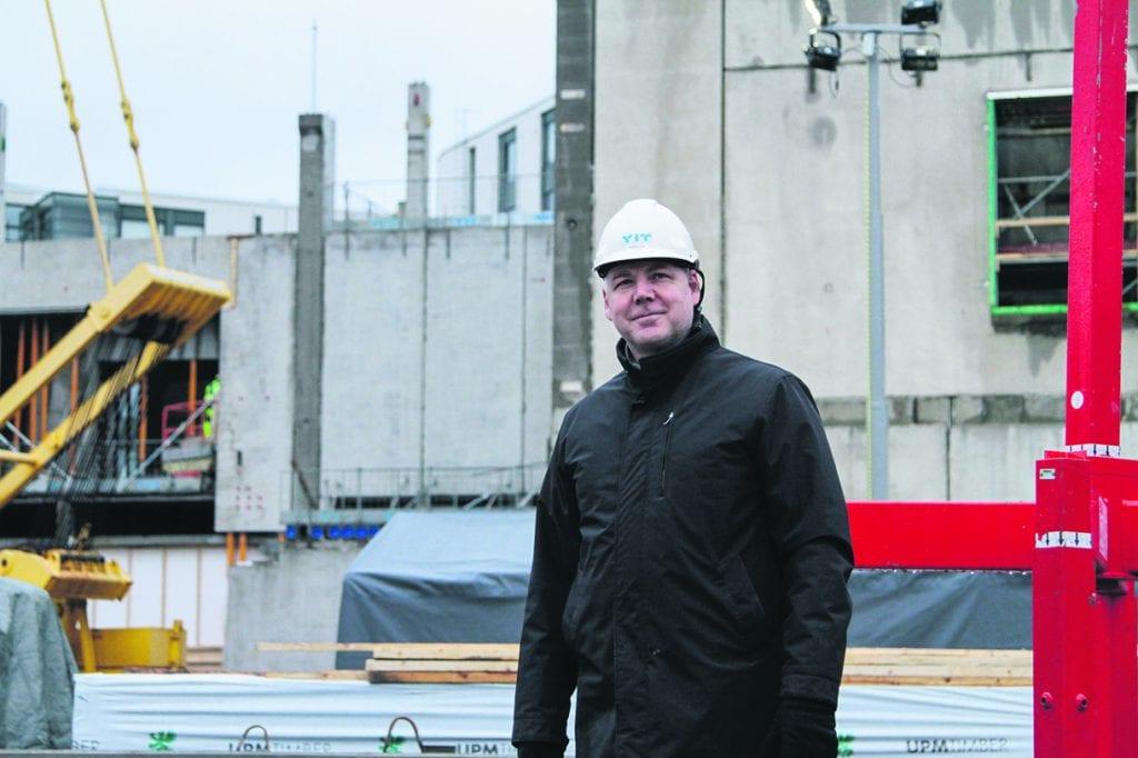 Rehtori Marko Paju iloitsee, että uuden lukiorakennuksen rakennustyöt eivät ole viivästyneet koronan vuoksi. – Toivon, että paraatipaikalla sijaitseva Vuosaaren lukio on vuosaarelaisille ja Vuosaarelle alueen veturi, joka on tärkeä osa Vuosaaren yhteisöllisyyttä.