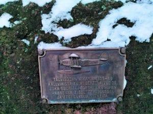 Talvisodan lentäjien muistolaatta Ullaksenpuistossa.