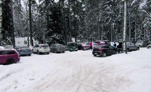 Taas alkaa se sama ongelma autojen kanssa tuossa Niinisaarentien parkkipaikalla. Hiihtäjiä riittää, vaikka on tuiskuinen keli. Terveisin Juhani Greinert