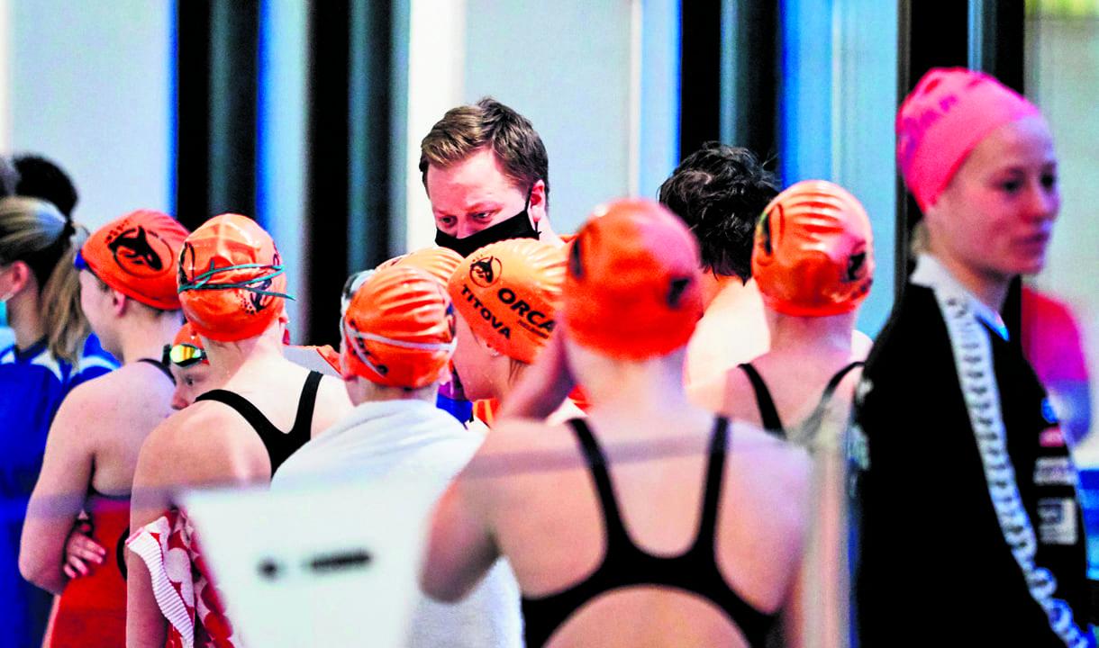 Orcan uimarin tunnistaa oranssista lakista, jossa on miekkavalaan kuva.