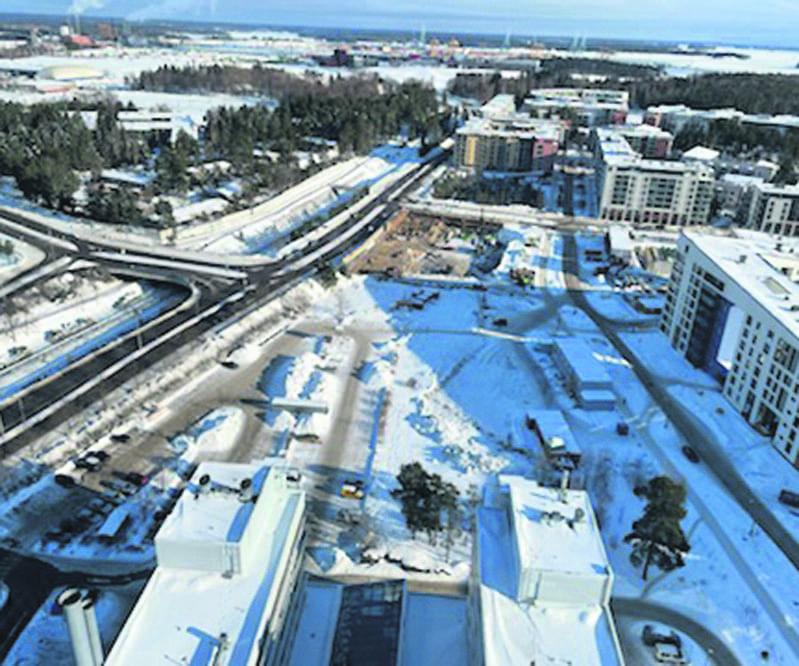 Rakennustyöt ns. Aromikujan pilvenpiirtäjäkorttelissa ovat aiheuttaneet muutoksia myös alueen pysäköintijärjestelyissä. Columbuksen S-marketin päädyn ulkoparkkipaikat ovat poistuneet rakentamisen alta ja kauppakeskuksen parkkihallissa pysäköidään nyt pysäköintikiekkoa käyttämällä. Pysäköintipaikkoja on Aurinkolahdessa ja Kahvikorttelin alueella jo nykyisellään niukasti. Ovatko parkkitilat alimitoitettuja, kun Vuosaaren uusia keskusta lähivuosina valmistuu? Asiasta lisää sivulla 6. Kuvassa Aromikujan rakennettava pilvenpiirtäjäkortteli ylhäältä Cirruksesta kuvattuna. Etualalla näkyy terveysaseman kattoa. Kuva: Pentti Vuoripalo