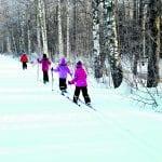 Ekaluokkalaiset hiihtoa harjoittelemassa