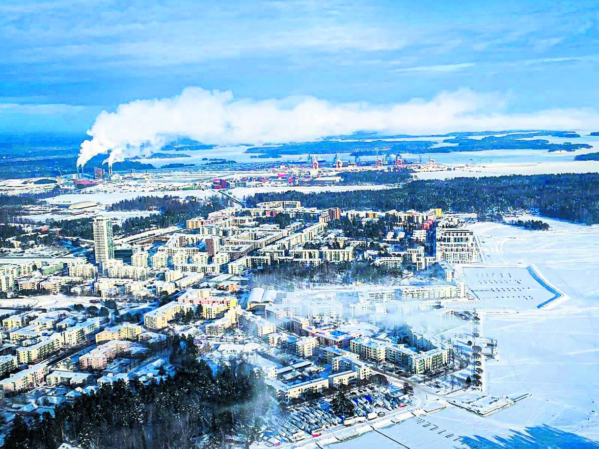 Tässä talvisessa ilmakuvassa näkyy etualalla Kallahti ja takana Aurinkolahti sekä Vuosaaren satama. Kuva: Janne Karvonen