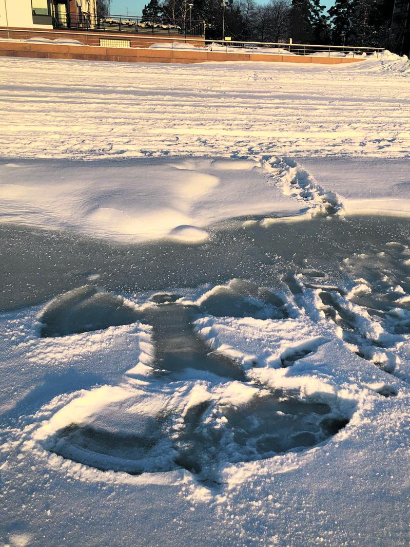 Aurinkolahden jääenkeli.                  Kuva: Katja Karjalainen