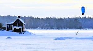 """""""Leijamiehet"""" laskettelivat luistimilla jäällä ja sankka kävelijäjoukko sai ihailla pirteän väristen purjeiden liikkumista Vuosaaren edustalla laskiaisena. Kuva: Matti Koivisto"""