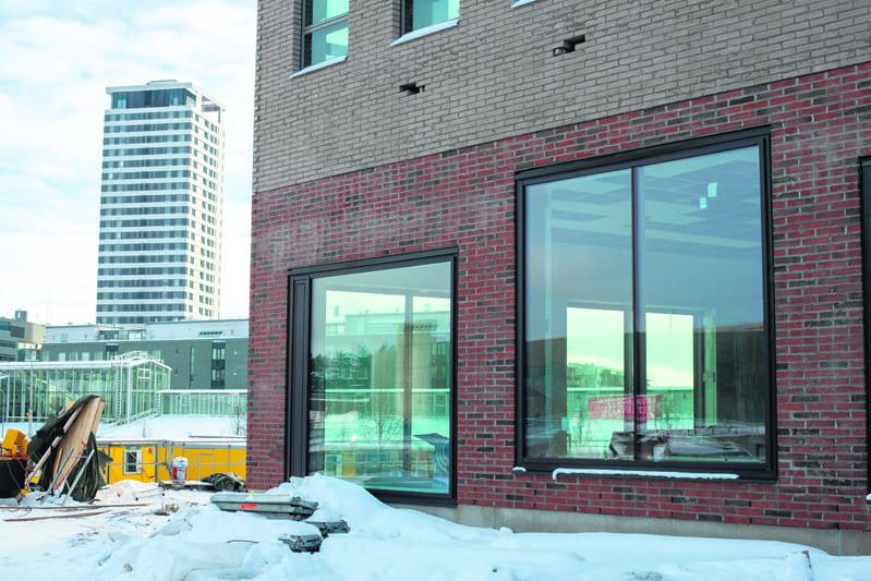Uusi lukiorakennus on aivan Vuosaaren metroaseman vieressä. Kuva: Jussi Anttonen
