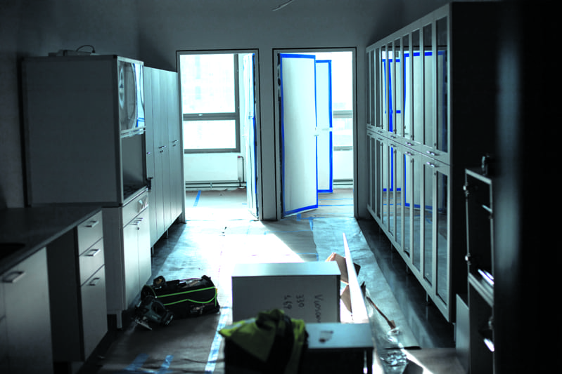 Uuden lukiorakennuksen kolmannessa kerroksessa kaapistotkin alkavat olla löytäneet paikkansa. Kuva: Jussi Anttonen