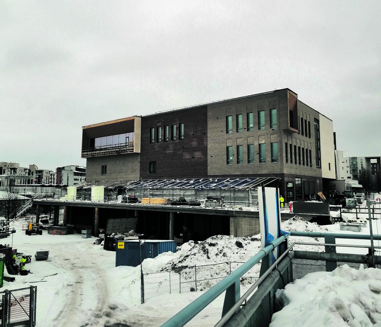 Vuosaaren lukion uusi rakennus osoitteessa Mosaiikkiraitti 2 B on luovutusvalmis kesäkuussa. Uuteen rakennukseen pääsee tutustumaan Vuosaaren lukion tuoreessa Youtube-videossa osoitteessa www.bit.ly/3aGTtpx. Kuva: Aku Honkanen