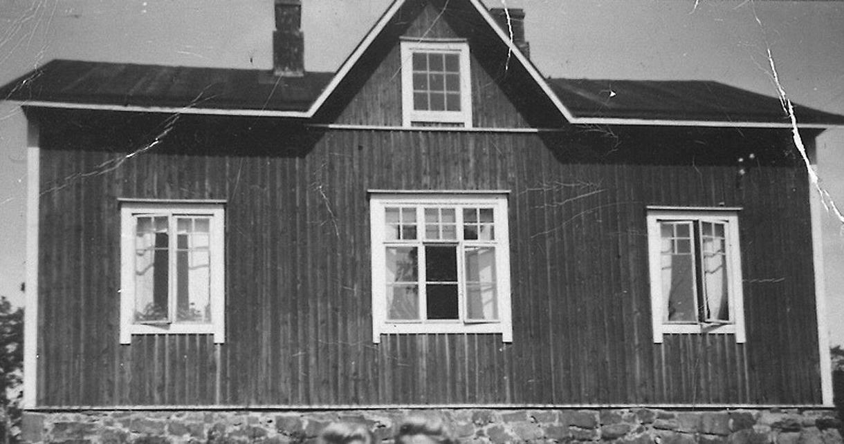 """Rastilantien ja Poijutien kulmassa sijainneen punamultaisen """"evakkotalon"""" keskiasunnossa asuivat Salomon Tikka, poikansa Eino ja tytär Bertta. Tikan kolme poikaa ja hevonen olivat rintamalla. Kuva 1940-luvun lopulta. Kuva: Seija Mäkisen kotialbumi"""