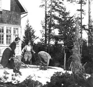 Nuoria lähdössä laskemaan mäkeä suksilla huvila Åsan pihalla pääsiäisenä 1923.