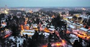 Vuosaarta kuvattuna Heteniityn urheilukenttien paikkeilta merenrantaa kohti. Kuva: Antti Honkanen